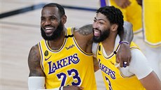 LeBron James (23) a Anthony Davis (3) slaví výhru LA Lakers nad Denverem.