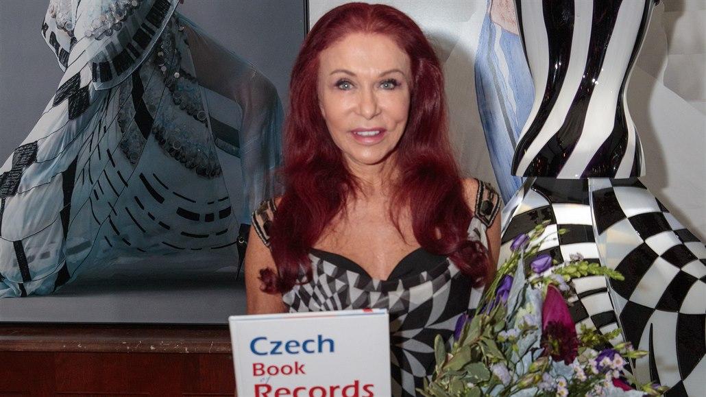 Skleněné šaty návrhářky Blanky Matragi se zařadily mezi české rekordy