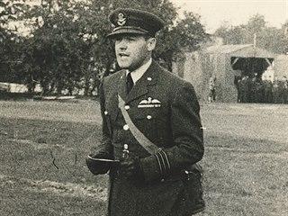 W/Cdr Josef Ocelka DFC při čtení rozkazu dne 28. října 1941.