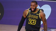 LeBron James z LA Lakers se raduje po trojce do koše Portlandu.