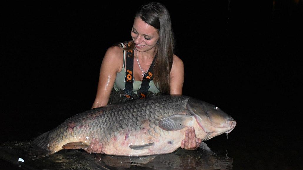 Rybářka ulovila na Labi téměř třicetikilového kapra. Je to masakr, říká