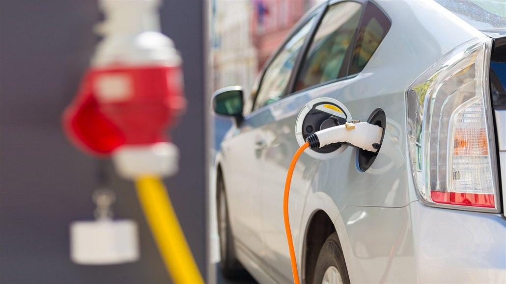 Nejvíc elektromobilů je v Praze. Na severu Moravy vedou auta na plyn
