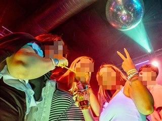 Noční život v Praze z pátku na sobotu. Mladí lidé se baví na párty v klubu. Na...