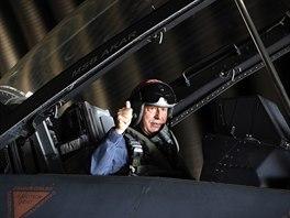 Turecký ministr obrany Hulusi Akar pózuje ve stíhačce F-16. (2. září 2020)
