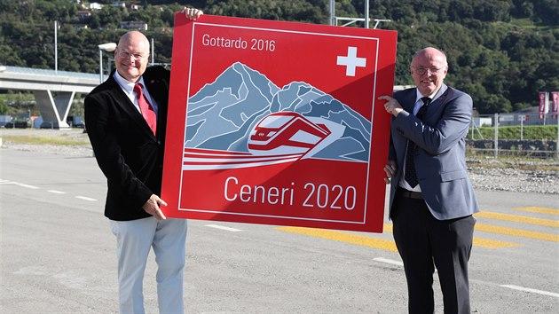Šéf švýcarských drah SBB Vincent Ducrot a šéf společnosti Alp Transit Gotthard AG Dieter Schwank představují logo nového tunelu. (3. září 2020)
