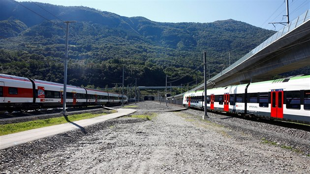 Vlaky stojící před vjezdem do tunelu během slavnostního otevření stavby (4. září 2020)
