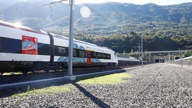 Vlak stojící před vjezdem do tunelu během slavnostního otevření stavby (4. září 2020)