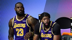 LeBron James (vlevo) a Anthony Davis z Los Angeles Lakers sledují z lavičky...