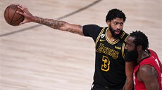 Anthony Davis (3) z LA Lakers oddaluje míč od Jamese Hardena z Houstonu.