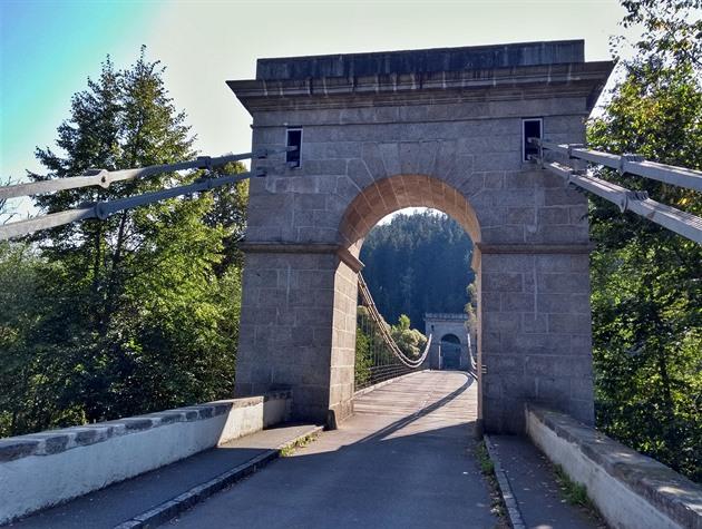 OBRAZEM: Unikátní řetězový most překlenul Vltavu i Lužnici. Čeká ho oprava