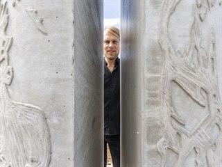 Prostor šternberského přednádraží zdobí nově dvě betonové plastiky, složené z...