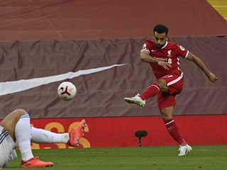 Mohamed Salah z Liverpoolu skóruje proti Leedsu.