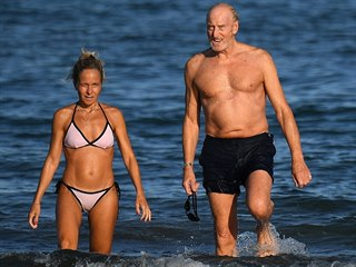 Herec Charles Dance s partnerkou Alessandrou (Benátky, 3. září 2020)