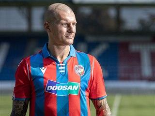 Útočník Zdeněk Ondrášek pózuje v dresu Viktorie Plzeň.