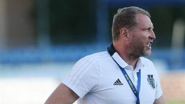 Trenér Aleš Křeček diriguje fotbalisty Jihlavy.