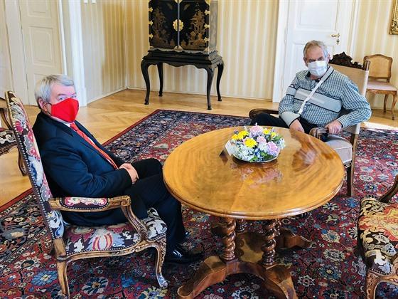 Prezident Miloš Zeman pøijal na zámku v Lánech pøedsedu komunistù Vojtìcha...