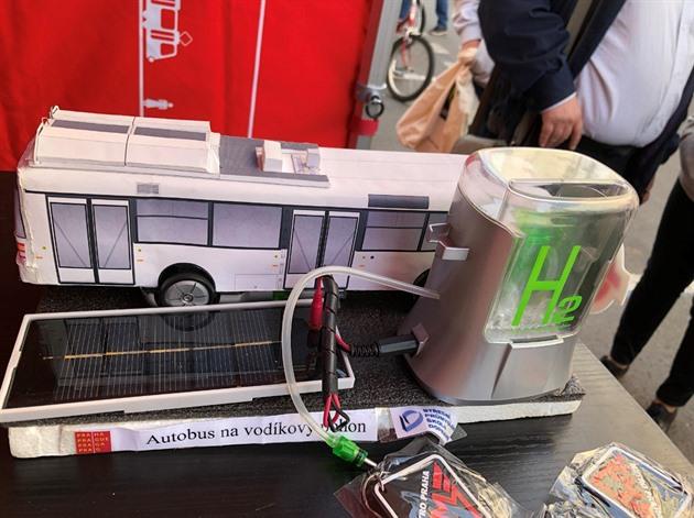 Autobus na vodík stvořili mladí šampióni z Motola