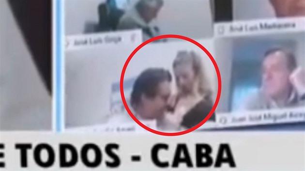 Argentinský poslanec během jednání líbal ženě prsa, s omluvou rezignoval