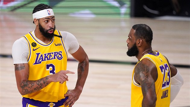 Anthony Davis (3) a LeBron James (23) ladí taktiku LA Lakers.