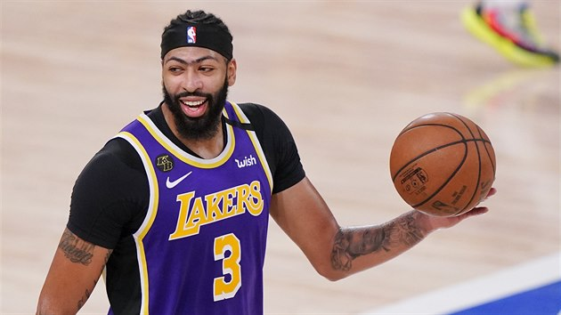 Anthony Davis z Los Angeles Lakers se usmívá po výhře nad Denver Nuggets a postupu do finále NBA.