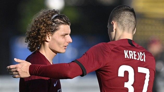 Filip Souèek (vlevo) a Ladislav Krejèí mladší se radují z gólu Sparty.