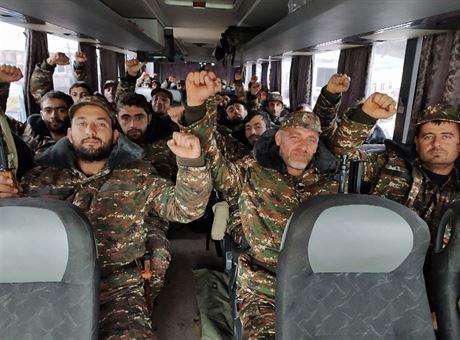 Arménští dobrovolníci a záložníci míří na frontu do Náhorního Karabachu. (6....