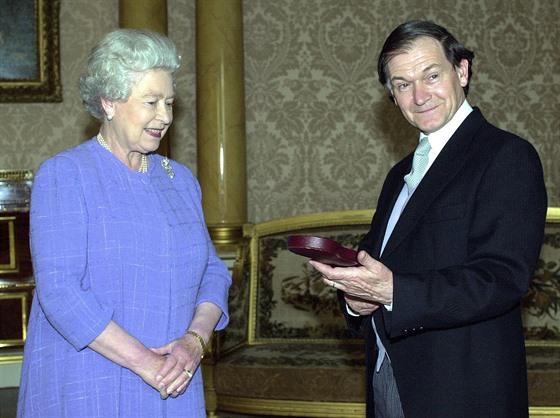 Roger Penrose v roce 2000 přebírá Řád Za zásluhy od britské královny