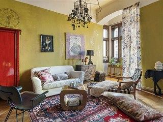 Obývací pokoj je vzorovým příkladem eklektického stylu, do kterého patří i...