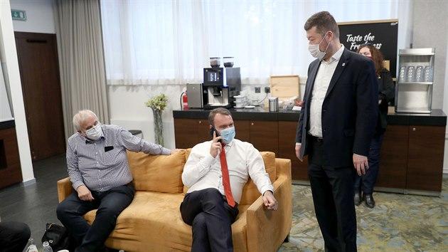 Radim Fiala (uprostřed) a Tomio Okamura (vpravo) v pražském volebním štábu SPD....