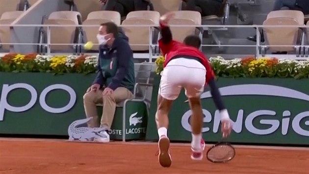 Smolař Djokovič. I na Roland Garros napálil míčkem rozhodčího