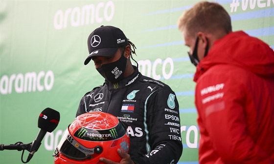 Lewis Hamilton právě dostal od Micka Schumachera přilbu jeho otce Michaela.