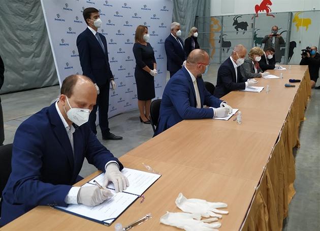 Tomáš Bouzek, Jan Bartošek, Martin Kuba, Ivana Stráská a Pavel Hroch (zleva) podepisují koaliční smlouvu.