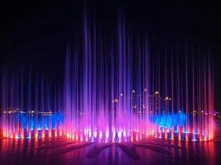 Hlavní proud dosahuje výšky až 105 metrů, během představení se rozsvítí přes...