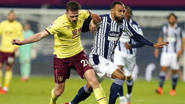 Kevin Long (vlevo) z Burnley v souboji s Mattem Phillipsem z West Bromwich.
