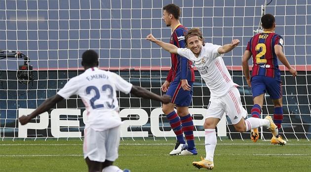 Real dal tři góly Barceloně a vede tabulku, Vaclík se vrátil porážkou