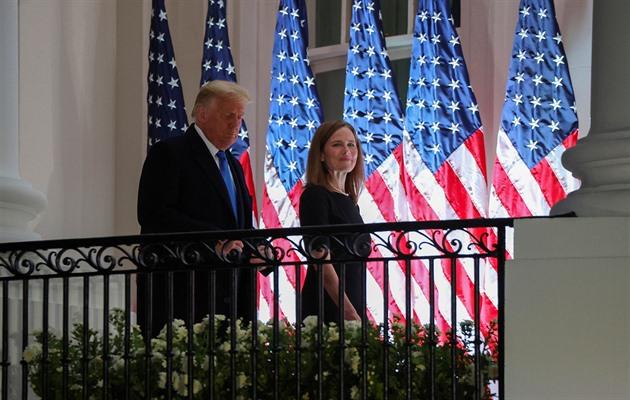 Barrettová se stala soudkyní nejvyššího soudu, Trump uspořádal oslavu