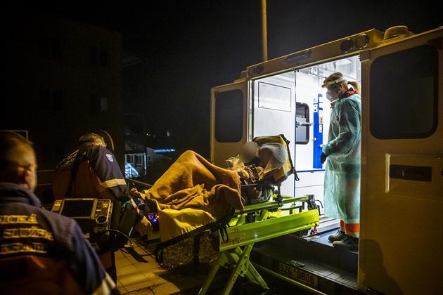OBRAZEM: Už musíme třídit ty, co nemocnici skutečně potřebují, říká lékař záchranky