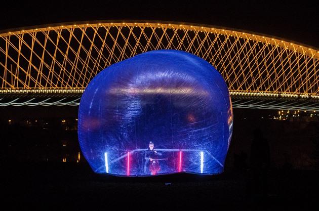 OBRAZEM: Izolace není konec, upozornila Putyka čtyřmi obřími bublinami