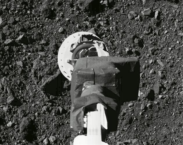 Vesmírná sonda úspěšně nabrala vzorky planetky. Některé se však zaklínily