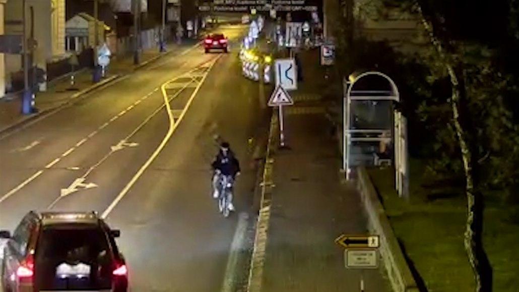 Opilý cyklista jel nocí v protisměru, řidiči aut ho míjeli obloukem