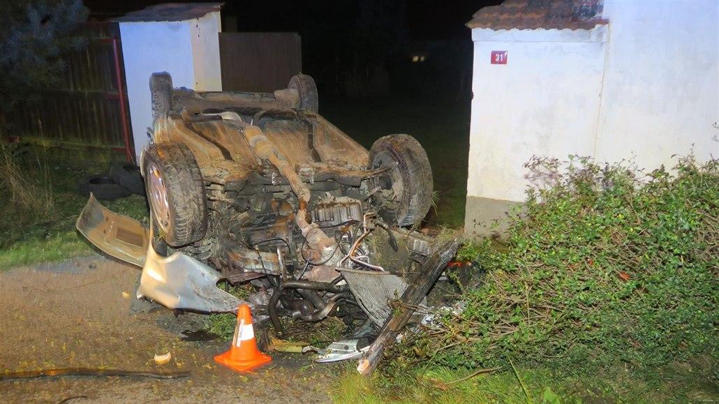 Auto zbořilo zeď a převrátilo se na střechu, šofér zmizel v jiném voze