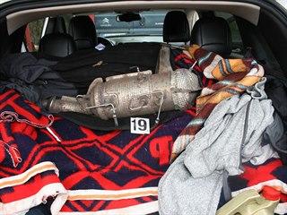 Policie zadržela gang, který kradl filtry pevných částic z dodávek v...