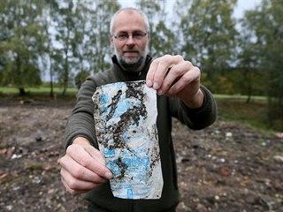 Mluvčí národního parku Tomáš Salov s igelitovým pytlíkem od mléka z éry...