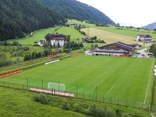 Fotbalové hřiště ve Valles v Jižním Tyrolsku, kde se bude česká reprezentace...