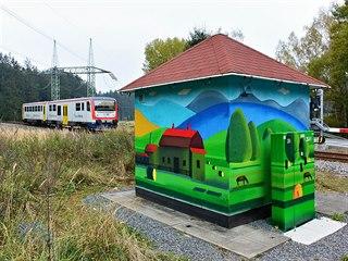 Sprejem nastříkaná farma s koňmi na domku u železničního přejezdu u Borové na...