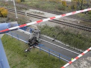 Passat prorazil zábradlí a zřítil se z mostu přímo na cyklostezku. Řidič z...