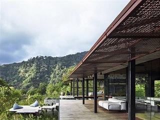 Vila je osazena do prudkého svahu a částečně levituje nad bujnou tropickou...