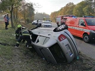 Auto se otočilo na bok po střetu s dodávkou na silnici u Kladna.