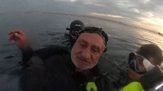 Potápěči našli živého muže v potopeném člunu