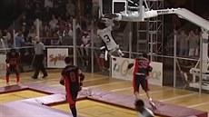 Basketbal a trampolíny. Zábavný sport s názvem Slamball